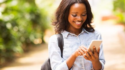 black woman using an online dating app